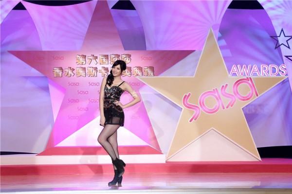 """第六届""""莎莎香水奥斯卡""""由来自台湾的香水大使安心亚颁发大奖。(图/莎莎提供)"""
