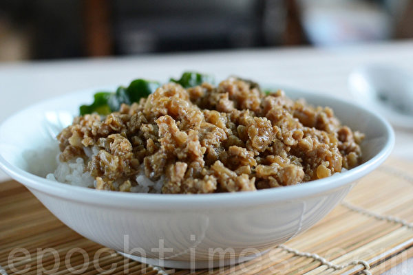 香喷喷的肉燥,切片的小黄瓜,拌饭食用,炎夏简速的美味(摄影:林秀霞 / 大纪元)