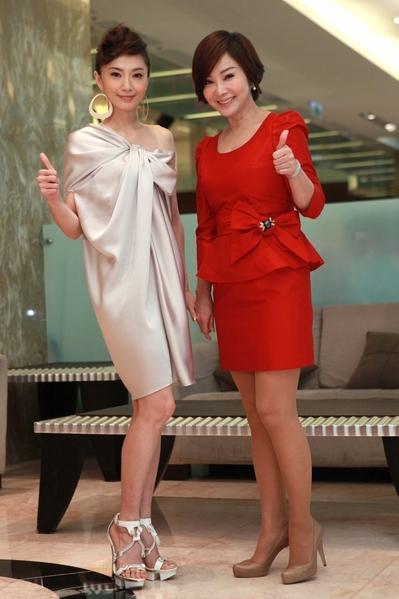 睽违一年多没有演出戏剧,陈美凤(右)和侯怡君最近都加入新剧《风水世家》的演出。(图/民视提供)