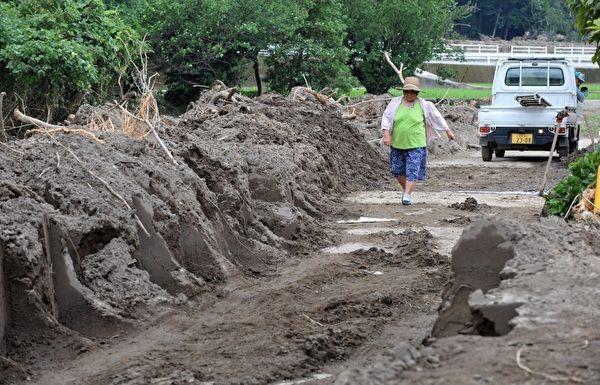 日本九州北部上周遭逢豪雨,灾情惨重,尽管大水退去,但灾区仍是满地泥泞,房子内也是一片狼藉。图为7月16日拍摄的受灾地区灾情。(KAZUHIRO NOGI/AFP)
