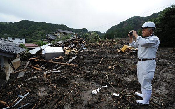 日本九州北部上周遭逢豪雨,灾情惨重,尽管大水退去,但灾区仍是满地泥泞,房子内也是一片狼藉。图为7月17日拍摄的受灾地区灾情。(KAZUHIRO NOGI/AFP)