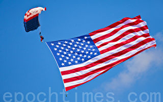 美國為甚麼要關注中國人權?圖為電子跳傘隊打開5000平方英尺的美國國旗。 (攝影:Mark Zou/ 大紀元)