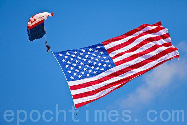 美国为什么要关注中国人权?图为电子跳伞队打开5000平方英尺的美国国旗。 (摄影:Mark Zou/ 大纪元)