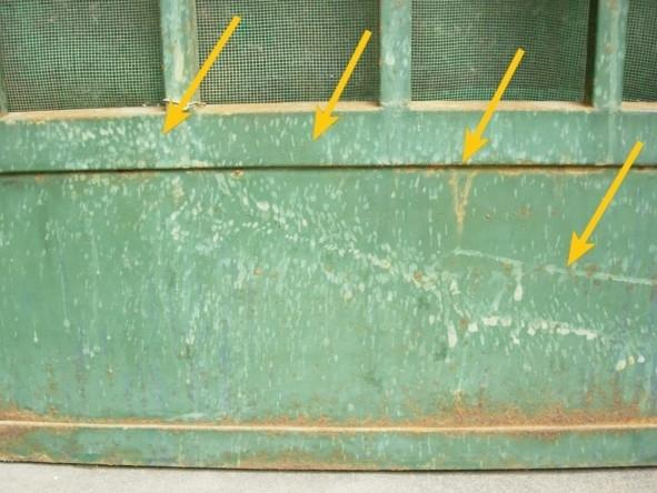 陈爱国的小院简易门被恶人喷射的屎尿的污迹(图片来源:明慧网)