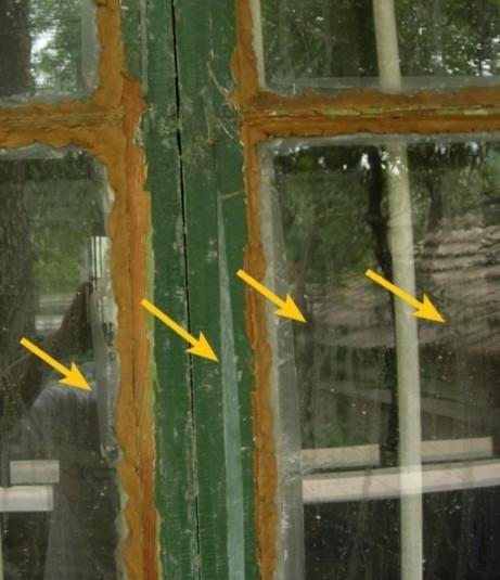 窗户上被喷淋上的屎尿汤留下的痕迹 (图片来源:明慧网)