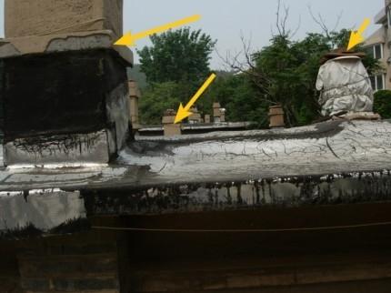 房顶一角(从左至右)烧蜂窝煤用的烟囱;卫生间烟囱口;厨房烟囱;(图片来源:明慧网)