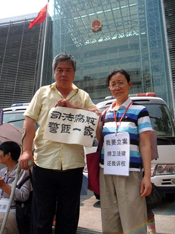 上海维权公民魏勤、王扣玛在上海高级人民法院。(王扣玛提供)