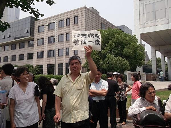 上海维权市民王扣玛在市信访办(王扣玛提供)