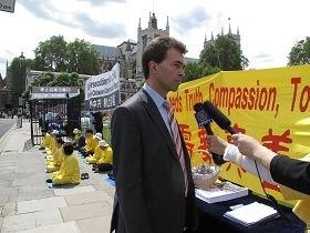 英国国会议员汤姆‧布瑞克(Tom Brake MP)在集会现场为法轮功学员的人权和自由而发声,呼吁立刻停止迫害法轮功。(图:明慧网)