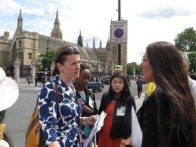 英国上议院女爵士伊丽莎白‧贝里奇(左一)来到现场并表示要深入了解围绕法轮功的人权迫害问题。(图:明慧网)