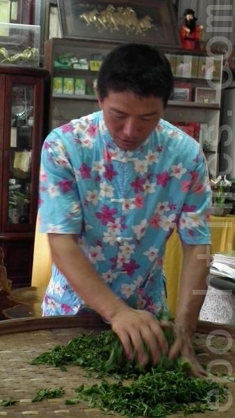 国展茗茶尹国士示范制茶中的揉捻(摄影:温秀珍 /大纪元)