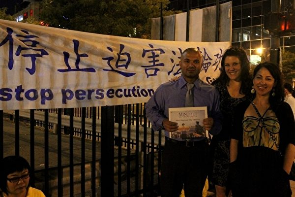 芝加哥市民得知了法轮功遭迫害的真相,表示关注同情。(摄影:霍斯琦/大纪元)