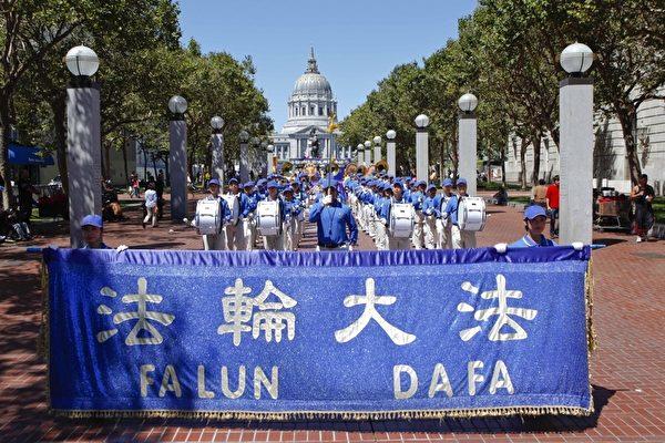 反迫害大游行由天国乐团开道。(摄影:大纪元/李明)