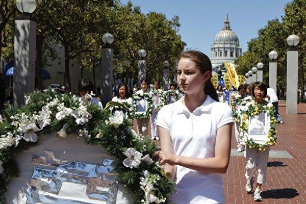 720旧金山法轮功学员反迫大游行,悼念那些因修炼法轮功而被非法迫害致死的法轮功学员。(摄影:大纪元/李明)
