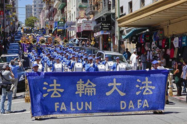 720旧金山法轮功学员反迫害大游行,天国乐团整齐的阵容及了亮的乐声震撼人心。(摄影:大纪元/李明)