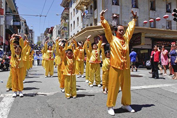720旧金山法轮功学员反迫害大游行,法轮功学员在示范功法。(摄影:大纪元/李明)