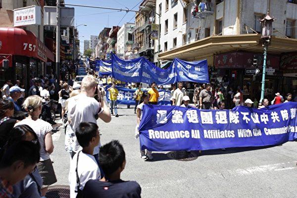 720旧金山法轮功学员反迫害大游行,吸引了大批市民驻足观看。(摄影:大纪元/李明)