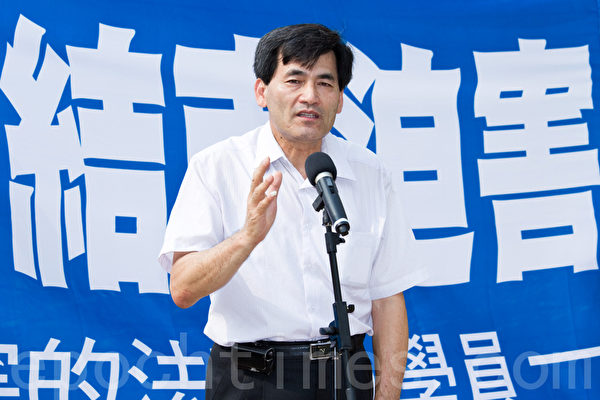 """2012年7月21日,台湾法轮功学员在台中公园举行""""拯救善良、结束迫害""""紧急救援行动记者会,台中市议员刘锦和表示,按手印就是要让中共了解什么是民主自由,极权一定要被改变。(摄影:陈柏州 / 大纪元)"""