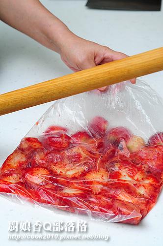 将草莓装进一塑胶袋内,用手或木棍拍几下,不用太大力,也不需压太碎(摄影: 新唐人电视台 提供)