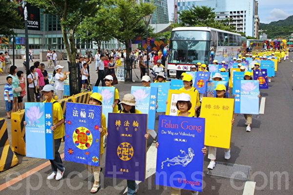 7.20台北大游行也展示多语种的转法轮,展现法轮大法洪传的盛况。(摄影:林伯东/大纪元)