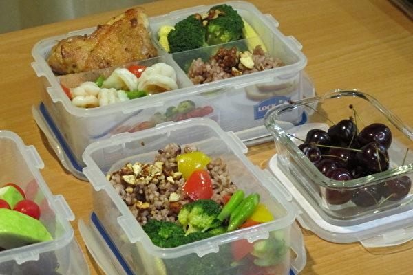 一个便当拆两餐!为降低BMI、顾荷包,北医附医营养室主任苏秀悦建议,不妨自备不锈钢或微波保鲜盒,把一个便当拆成两餐,各留下1/3的饭和肉,把容易变质、变色的豆制品与青菜先吃完。(摄影:施芝吟/大纪元)