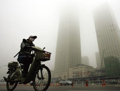 国际货币基金(IMF)警告,中国经济放缓面临重大下行风险。图为北京街头。 (AFP)