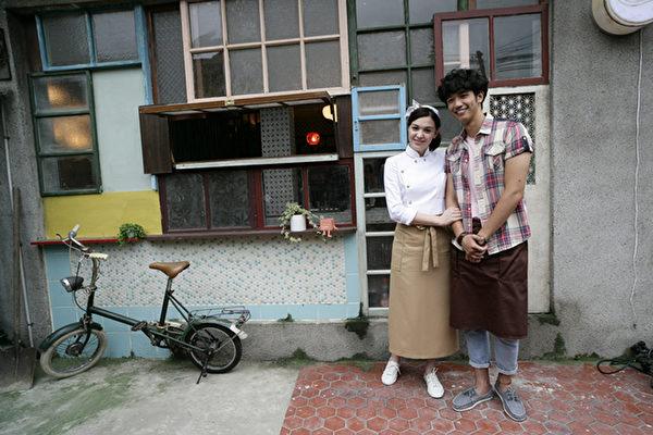 張榕容(右)與劉以豪在甜點店門口開心鬥鬧著。(圖/前景娛樂提供)