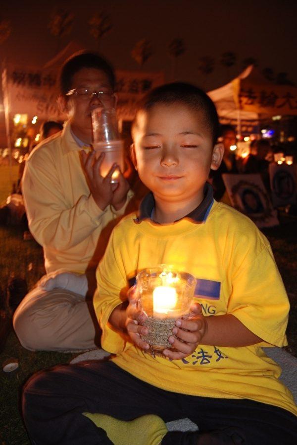 二零一二年七月二十二日,美国圣地亚哥法轮功学员在著名旅游胜地——拉荷亚海滨公园举办反迫害讲真相、烛光悼念同修等系列活动。(大纪元)