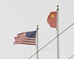 美国旧金山中国城Stockton街中华城的退党点对面的中共血旗被风吹烂,残缺不全,当地华人称此景象出现预示中共的大凶兆。(大纪元)