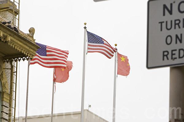 旧金山中国城Stockton街中华城的退党点对面的中共血旗被风吹烂,残缺不全。(大纪元)