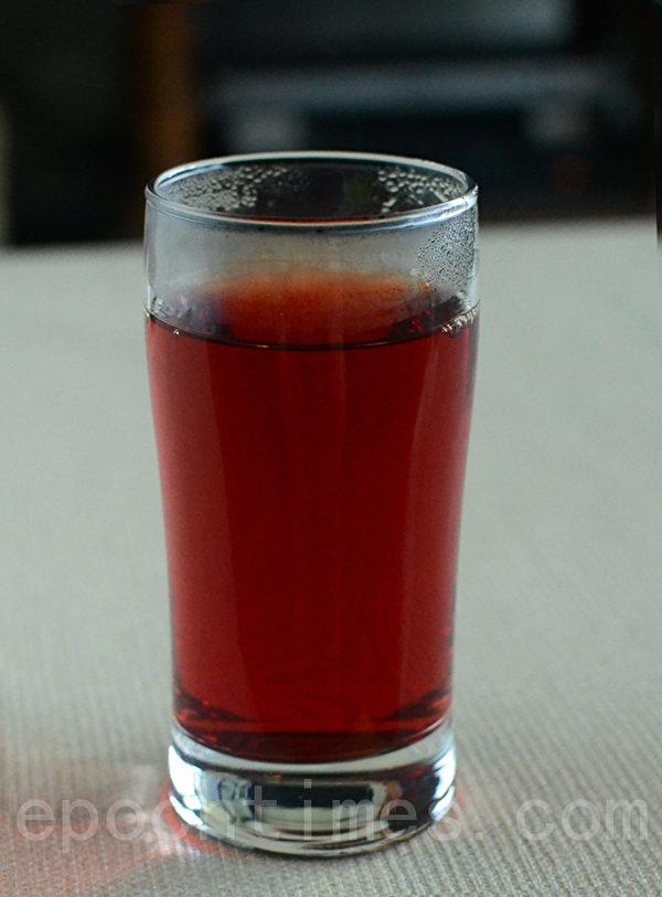 甜菜根煮汤后的汤汁可当成白开水喝,冰镇后更是清凉止渴(摄影:林秀霞 / 大纪元)