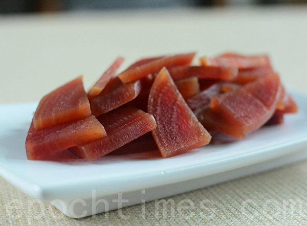 甜菜根煮汤后的根肉可当成菜吃(摄影:林秀霞 / 大纪元)
