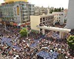 7月28日,江苏启东,聚集在市政府大楼外的抗议者和警察。(图片来源Getty Images)