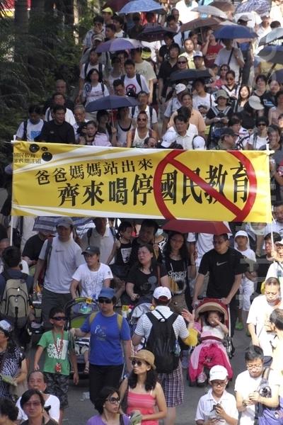 三十多个团体昨日发起反洗脑教育游行,最少9万名市民冒着酷热天气上街,拒绝中共染红下一代。(摄影:蔡雯文/大纪元)