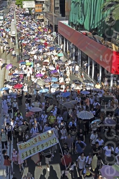 游行人士挤满行车道(摄影:潘在殊/大纪元)