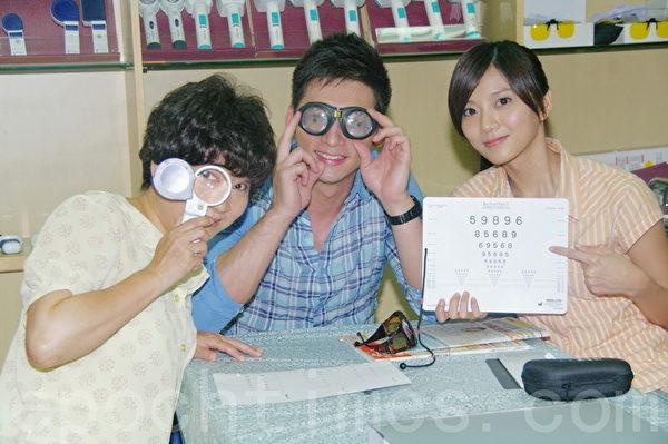 左起依序為:楊麗音、溫昇豪、蔡黃汝(攝影:黃宗茂/大紀元)