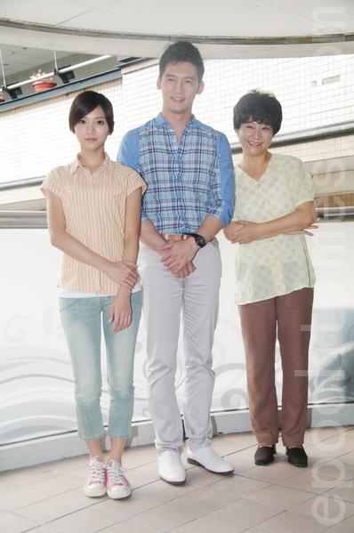 楊麗音(右)、溫昇豪與豆花妹(左),7月30日參與拍攝由愛盲基金會的首部微電影。(攝影:黃宗茂/大紀元)