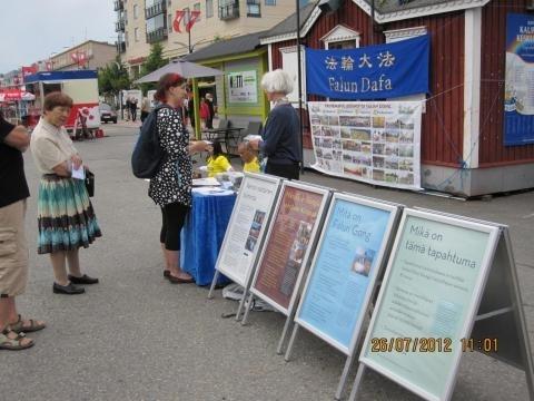 芬兰约恩苏市民众踊跃支持法轮功反迫害