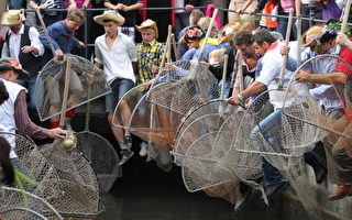 1600名德国人浑水摸鱼 庆祝渔夫节