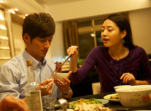 《候鸟来的季节》剧照,图为白歆惠(右)与温昇豪。(图/三映电影提供)