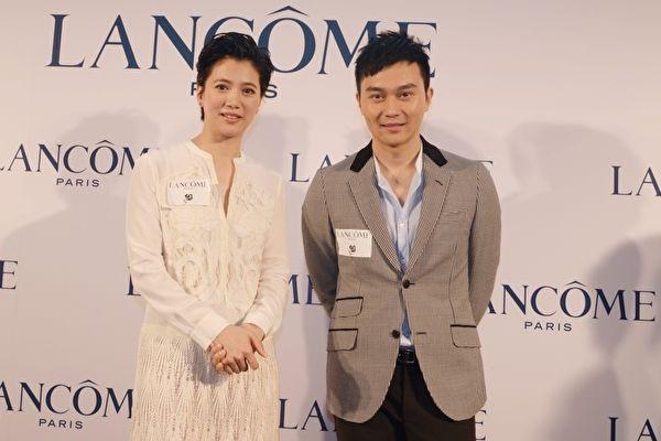 袁咏仪与老公张智霖携(摄影:张洁/大纪元)