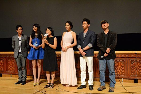 《候鸟来的季节》于台北电影节举行电影世界首映,蔡银娟导演率领剧中主要演员温昇豪、白歆惠、庄凯勋和海伦清桃一同盛装出席。(图/威视提供)