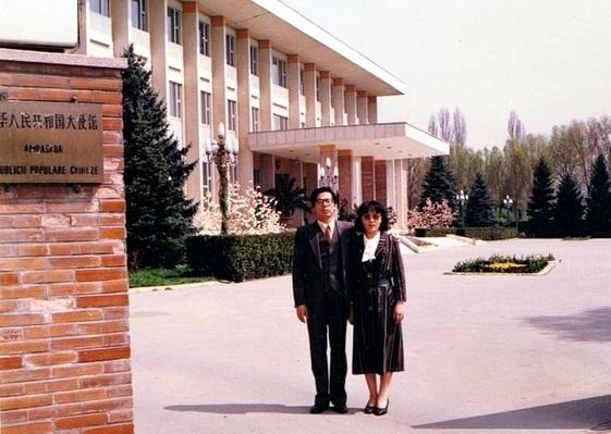 前中共国务院官员张亦洁曾经在中国驻罗马尼亚大使馆担任经济二秘(新唐人)