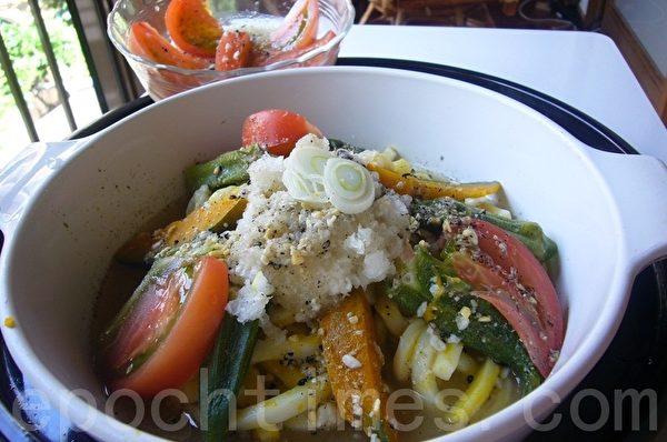 「五色冷香�觚��I」以各色的蔬菜增�M食�j和�I�B,在白色�觚��IQ�诺囊r托下更挑�尤说氖�j。(�z影:容乃加/大�o元)