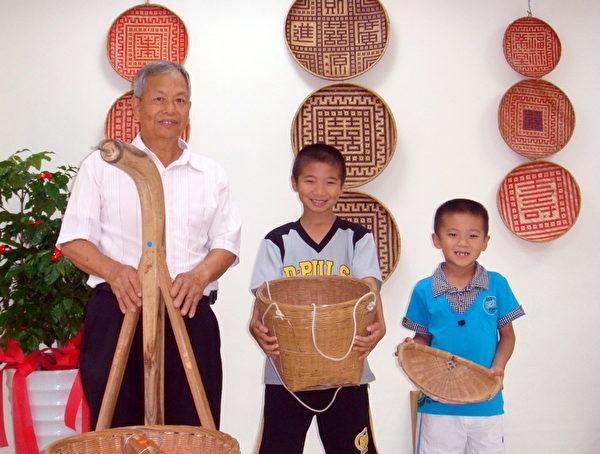 75歲的竹編達人歐鴻金火的作品小朋友也喜歡(攝影:徐乃義/大紀元)