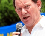 欧洲议会副主席爱德华-麦克米兰‧史考特致函马英九,呼吁紧急营救钟鼎邦。图为其在香港参加声援退党集会时的画面。(大纪元资料室)