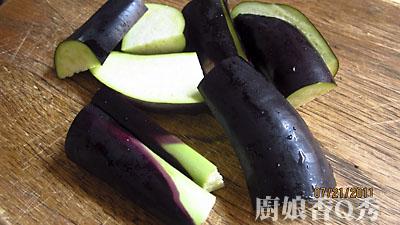 将茄子切成5公分长段后对切(摄影: 新唐人电视台 提供)