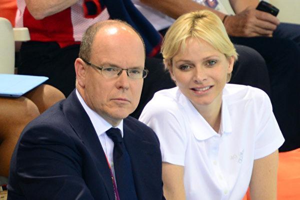 2012年7月29日,摩纳哥阿尔伯特王子和妻子在奥林匹克公园观赏奥运游泳比赛。(MARTIN BUREAU / AFP)