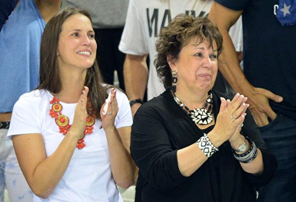 """2012年7月31日,美国""""飞鱼""""菲尔普斯的母亲黛比•菲尔普斯(右)在场边观看比赛。(CHRISTOPHE SIMON/AFP)"""