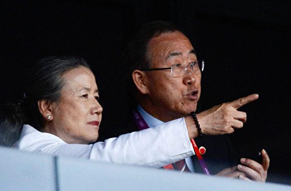 2012年7月27日,聯合國秘書長潘基文和妻子參加在奧林匹克體育場舉行的2012年倫敦奧運會開幕典禮。(Pascal Le Segretain/Getty Images)